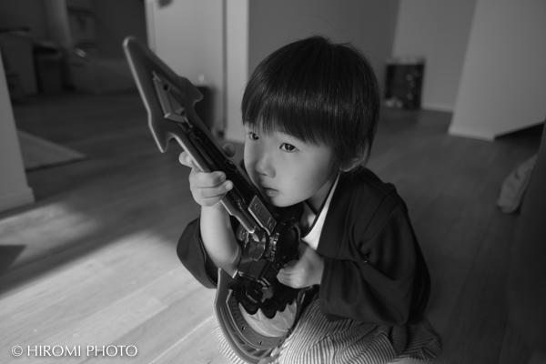 大事なおもちゃの銃を持って