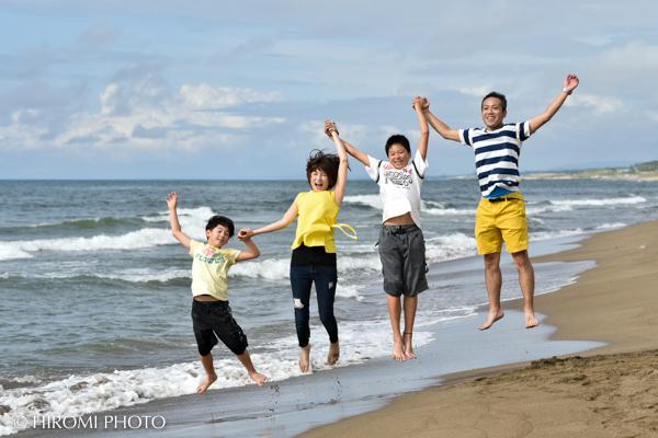 海辺で家族写真